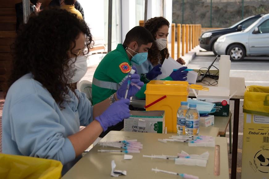Profesionales durante la vacunación.