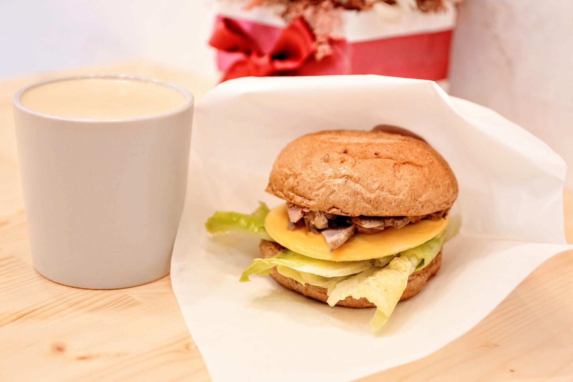 咖啡豬雜糧三明治,外皮是漢堡,但是用高纖雜糧/黑糖等料去處理的,麵包鬆軟鬆軟,也吃得到雜糧的顆粒喔