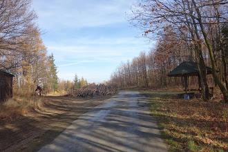Photo: Z cesty z Hošťálkov na Linhartovy, odbočujeme na horizontu doleva na vrstevnicovou lesní cestu