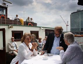 Photo: Deelraadsvoorzitter Yellie Alkema en stadsdeelwethouder Welzijn Roeland Rengelink in gesprek met Tante Greet van Ons Genoegen