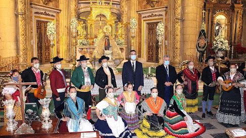 El alcalde y el presidente de la Gestora con el Grupo Folklórico Alcazaba.