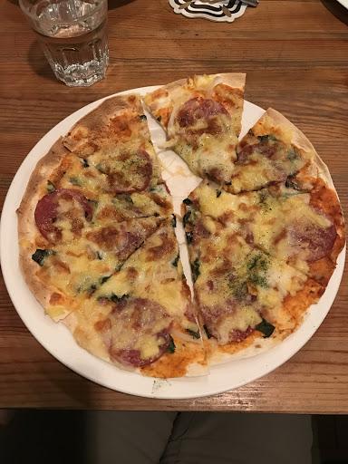 寬面、燉飯、披薩及墨西哥餅都很好吃並加點德國豬腳及老闆推薦的黑啤酒 德國豬腳超好吃,Q彈不油膩3~4個人點一盤就吃得得滿足。