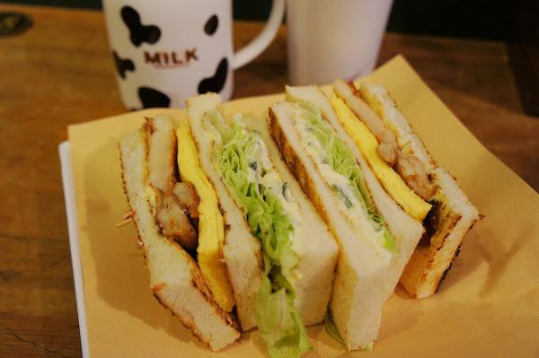 高三孝碳烤土司-懷舊校園風 高大牧場鮮奶x料多實在西西里雞排總匯三明治