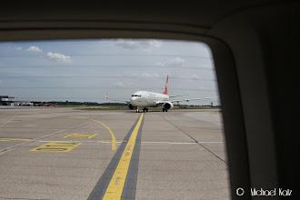 Photo: Etter å ha blitt plukket opp for å fraktes til terminalen, hoppet marshalleren på gassen med oss ombord for å ta i mot en B737 fra Turkish Airlines.