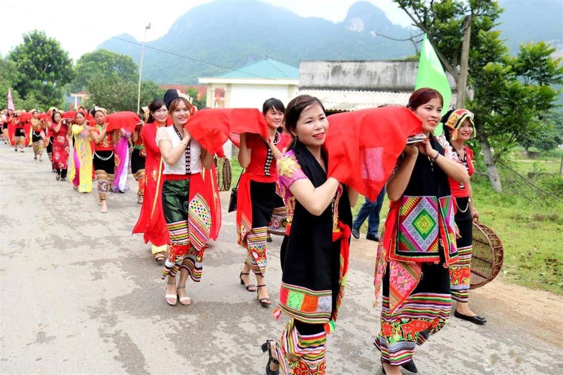 Người dân xã Tiên Kỳ  rước lễ tưởng nhớ vua  Lê Thái Tổ tại lễ hội Bươn Xao