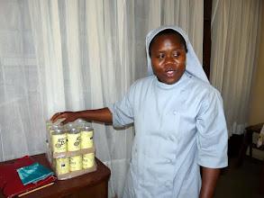 Photo: à la léproserie de Madjré, soeur Rachelle est trop contente de nous montrer les précieuses boîtes de riz au lait qu'elle vient de recevoir du CTM pour ses malades
