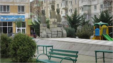 """Photo: Calea Victoriei - parcul din Mr.3 - Grupul statuar """"Horea Cloșca și Crișan"""" - 2016.11.16"""