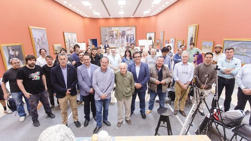 López y García Ibáñez (en el centro) posan junto a representantes de las instituciones organizadoras y los alumnos.