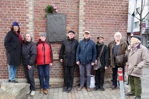 Teilnehmer der Gedenkveranstaltung zum 86. Jahrestag der «Schlacht in der Elsaßstrasse» vor der Gedenktafel.