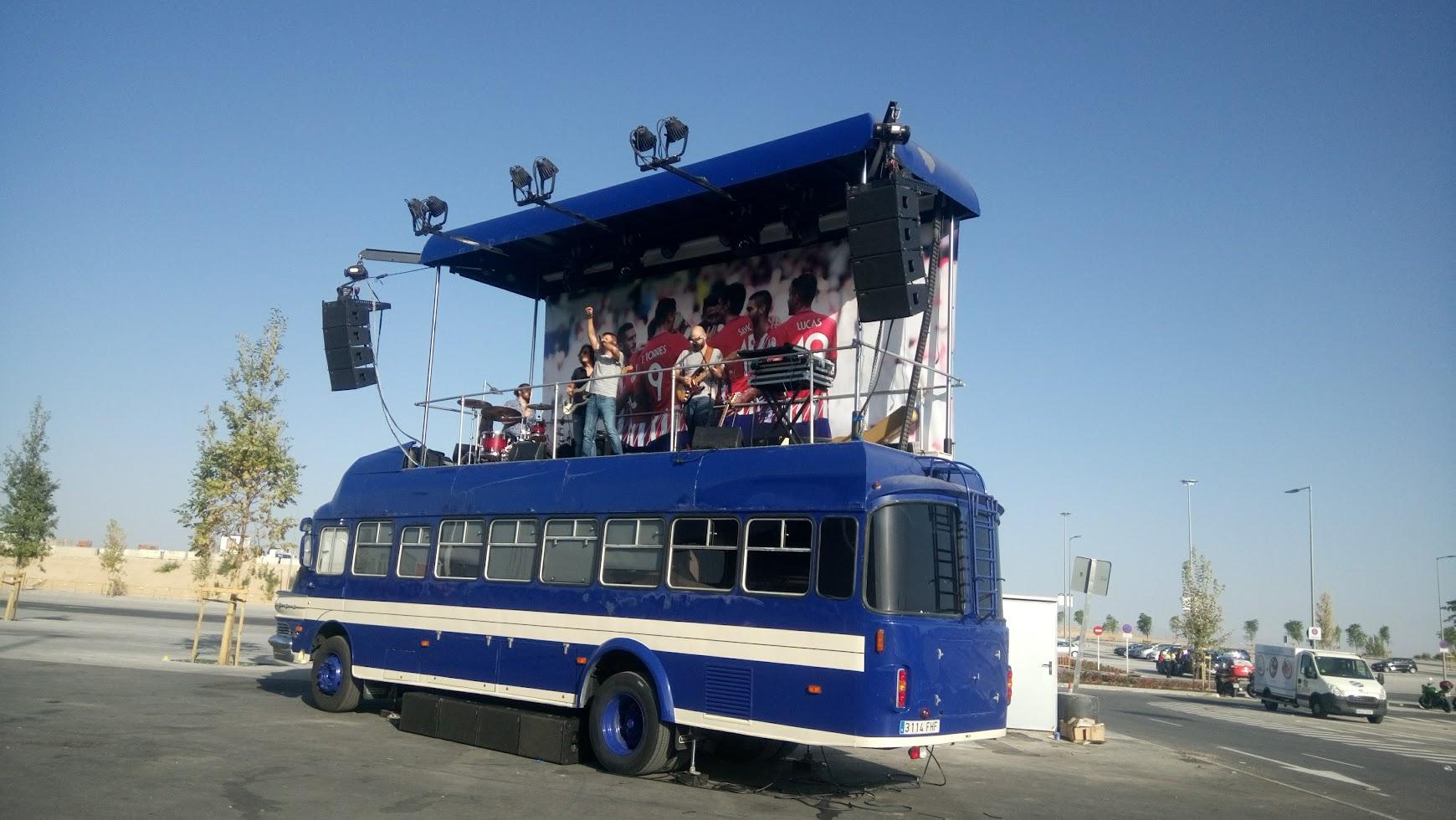 grupo de música tocando encima de autobús Atletico de Madrid 2017