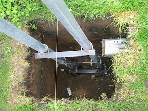 Photo: En avant tube de 12mm acier enfoncé de 30cm dans le sol pour eviter tout glissement du pied de chassis en lançant le béton