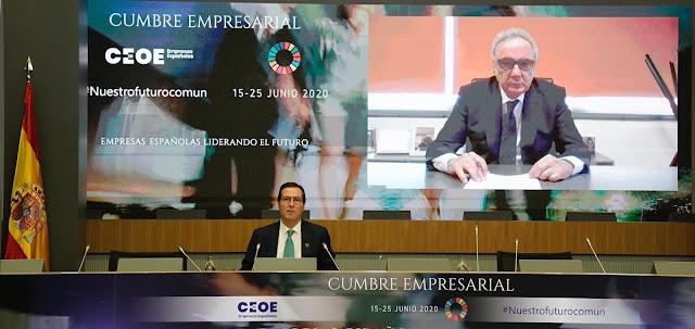 Francisco Martínez-Cosentino, durante su intervención. Ha sido presentado por Antonio Garamendi.