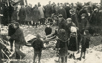 "Photo: Shipwreck ""Berlin"", one of the victims is carried to the mortuary"