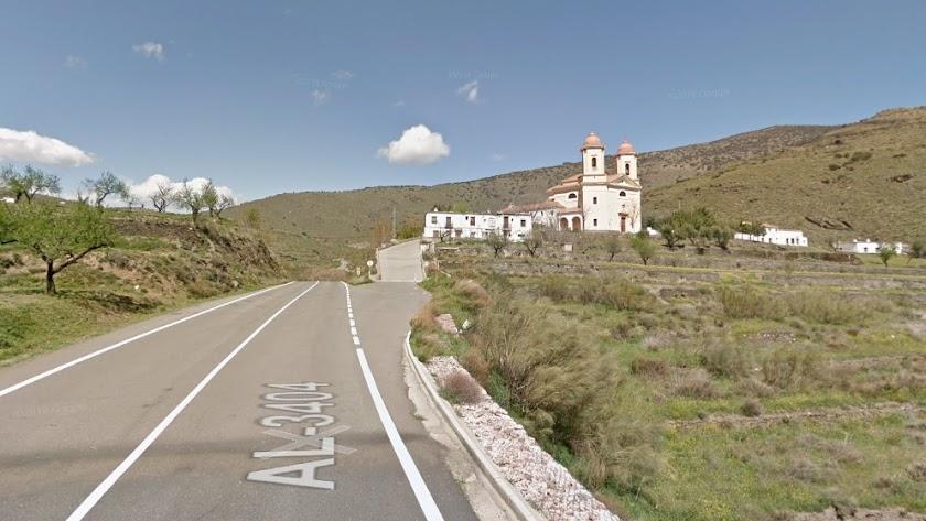 La AL-3404, con la ermita de Tices al fondo, en una imagen de Google Maps.