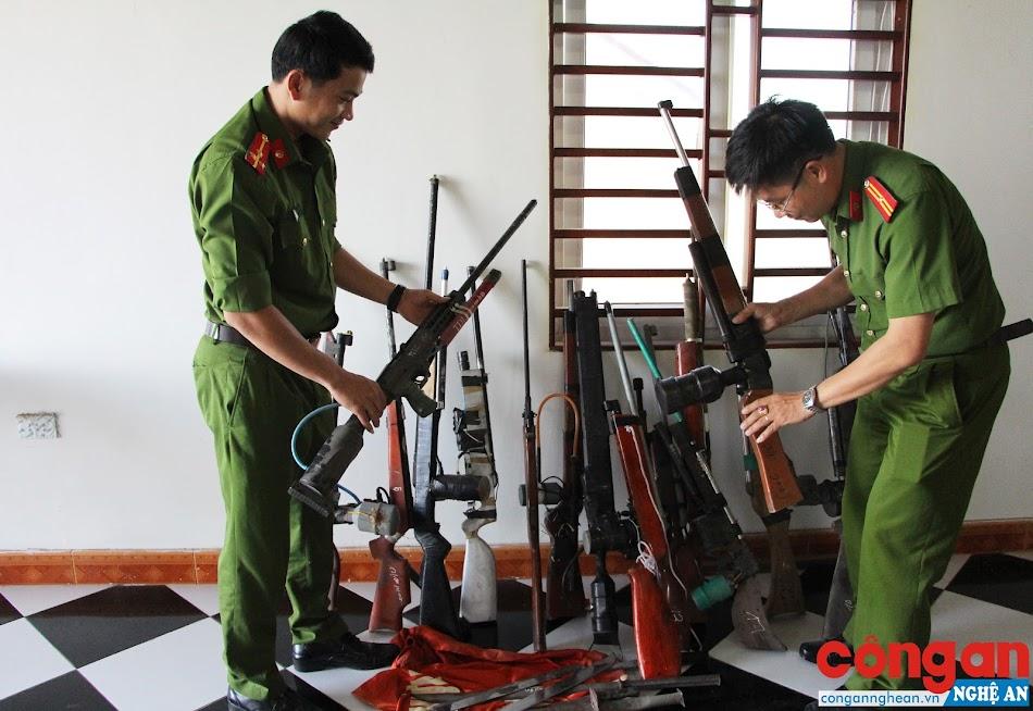 Đồn Công an Diễn Hải (Công an huyện Diễn Châu) kiểm tra số vũ khí, vật liệu nổ, công cụ hỗ trợ thu giữ trong thời gian qua tại các xã ven biển huyện Diễn Châu - Ảnh: Cao Loan