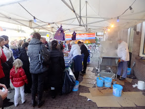Photo: Oliebollen bakker in Spakenburg