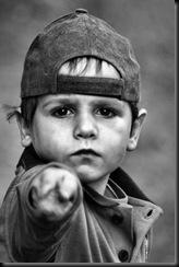 pedofilia -menino apontando dedo