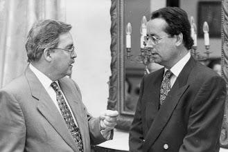 Photo: Amado Moreno escucha a José Miguel Bravo de Laguna, abogado del Estado y presidente del Parlamento canario.