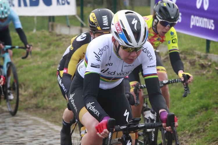 Wereldkampioene knalt in finale iedereen uit het wiel en schrijft Omloop opnieuw op haar naam, sterke Kopecky vierde