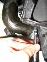 Photo: Aprieto la abrazadera con una llave de tubo y una llave fija haciendo girar la llave de tubo.