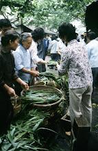 Photo: 10969 上海/自由市場/チマキを包む葉