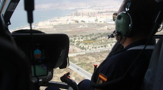 El helicóptero de la Policía Nacional se aproxima al núcleo urbano de Almería desde el Levante.