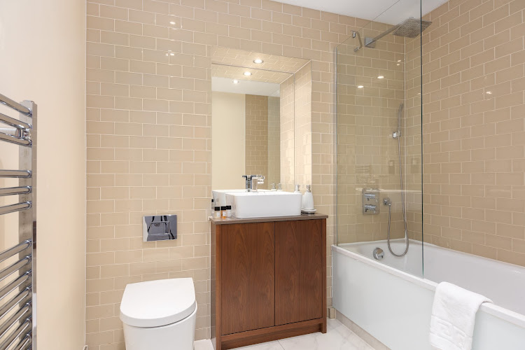 Luxury en-suite bathroom at Lincoln Plaza Serviced Apartments, Canary Wharf, London