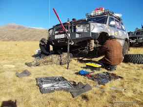 Photo: Одна из машин утратила привод на передний мост. Тяжелый LC105 только назаднем приводе - тяжелое испытание для всей группы на таком маршруте