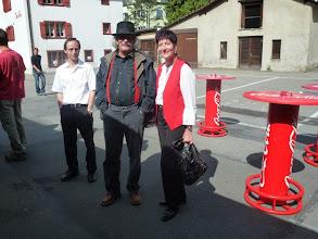 Photo: Der bekannte Musikant Ueli Mooser (M) stellt sich dem Fotografen schon früh am Morgen mit Lotti Schaffner