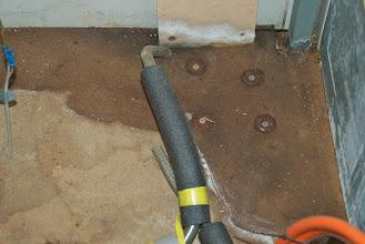 Photo: Toll, Spanplatte im WoMo.. und die alte Serviceöffnung ist wohl auch nicht ordentlich verschlossen worden.