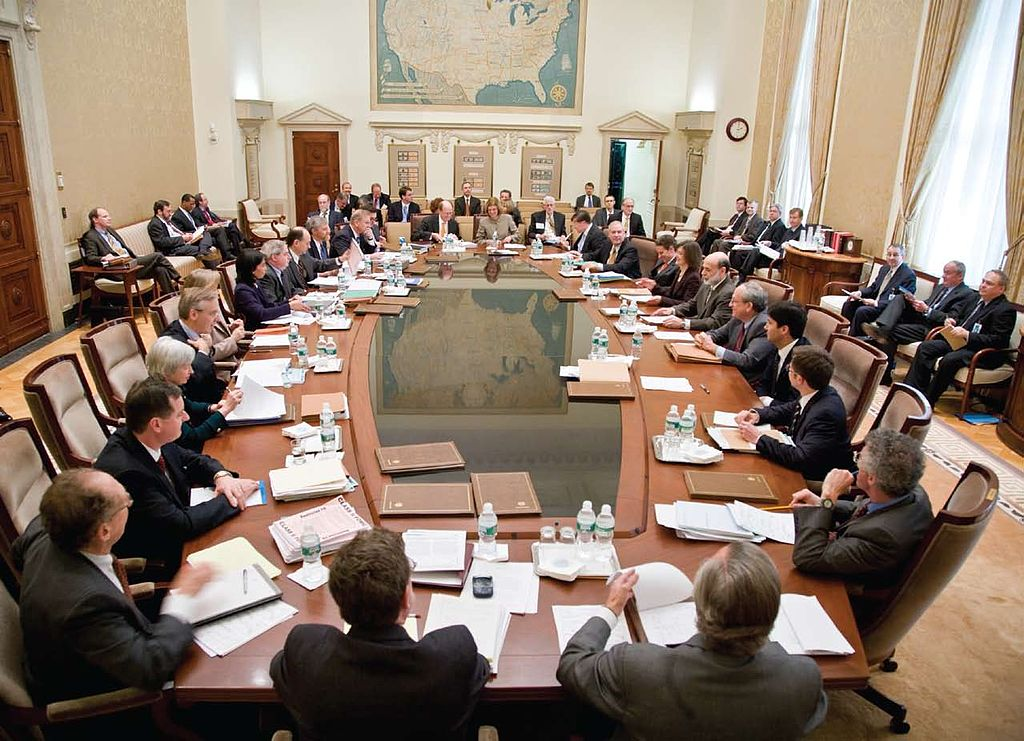 1024px-Federal_Open_Market_Committee_Meeting.jpg