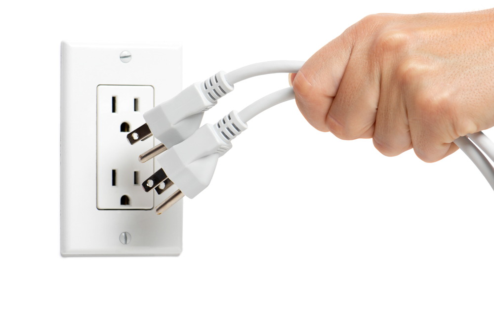 Perangkat elektronik yang dibiarkan menyala dan tidak dilepas dari soketnya dapat membuang daya listrik - source: cardosoelectrical.com