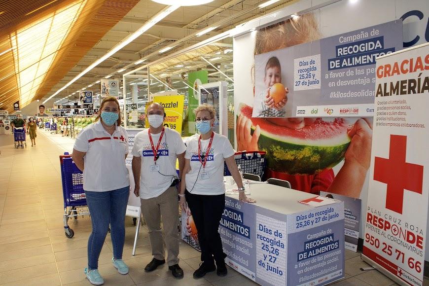 La responsable del Centro de Atención Social de Cruz Roja; el responsable de Operaciones de Carrefour y la auxiliar de Caja de Carrefour.