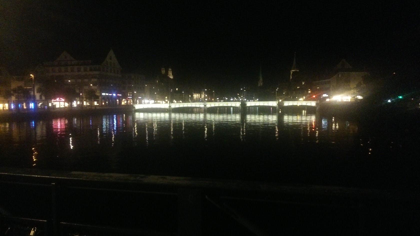 Размытое фото каналов и мостиков в центре Цюриха