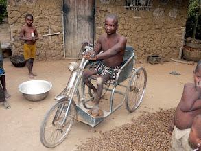 Photo: Laurent est fier de nous montrer qu'il entretient et utilise bien notre tricycle.