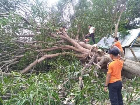 Proses Evakuasi Dilakukan Personil TRC BPBD Selayar Pasca Bencana di Kecamatan Bontosikuyu