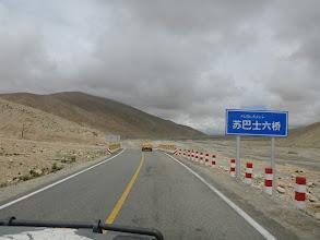 Photo: Protože se nacházíme v východočínské provincii Xinjiang, kterou obývají převážně Ujgurové (turkické etnikum), jsou téměř všechny nápisy jak v ujgurštině, tak i v čínštině.