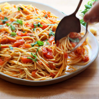 Spaghetti With Fresh Tomato and Basil Sauce