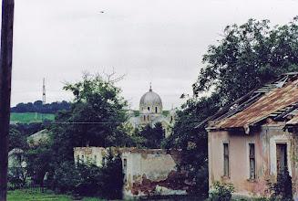 Photo: Widok na ruiny szkół i cerkiew. Fot. E. Wójtowicz, w lipcu 2002.