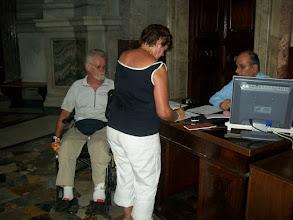 Photo: 35e dag, woensdag 19 augustus 2009 Prima Porta Rome Temp. max.: 38 graden, Wind: - Bft. Windrichting: -. Weerbeeld: zon, warm. Dagafstand 45 Totaal gereden 2293 km . Marja en Jan krijgen hun testimonium.