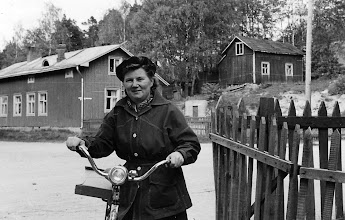 Photo: Liisa Järvinen perhepuiston kulmilla 1959