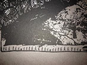 Photo: Série limitée 40ex numérotés, signés par HubbubHum. A3 gris, 300g, sérigraphié blanc et noir. détail frise de l'évolution