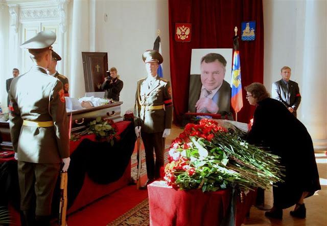 Фото: На церемонии прощания в здании Дворянского собрания Ольга Зиновьева возлагает букет цветов.