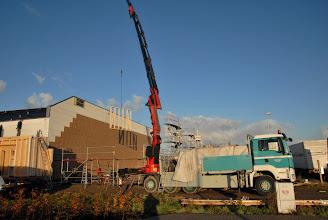 Photo: 06-11-2012 © ervanofoto Het is nog redelijk vroeg, maar het eerste element zweeft al door de lucht, op weg naar zijn definitieve bestemming. Dit element komt tegen de muur van het magazijn.