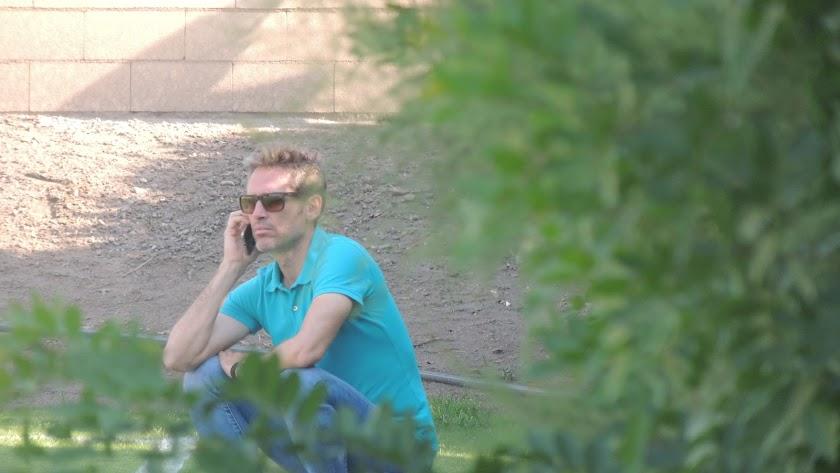 Corona vive casi pegado al móvil hablando con los representantes.