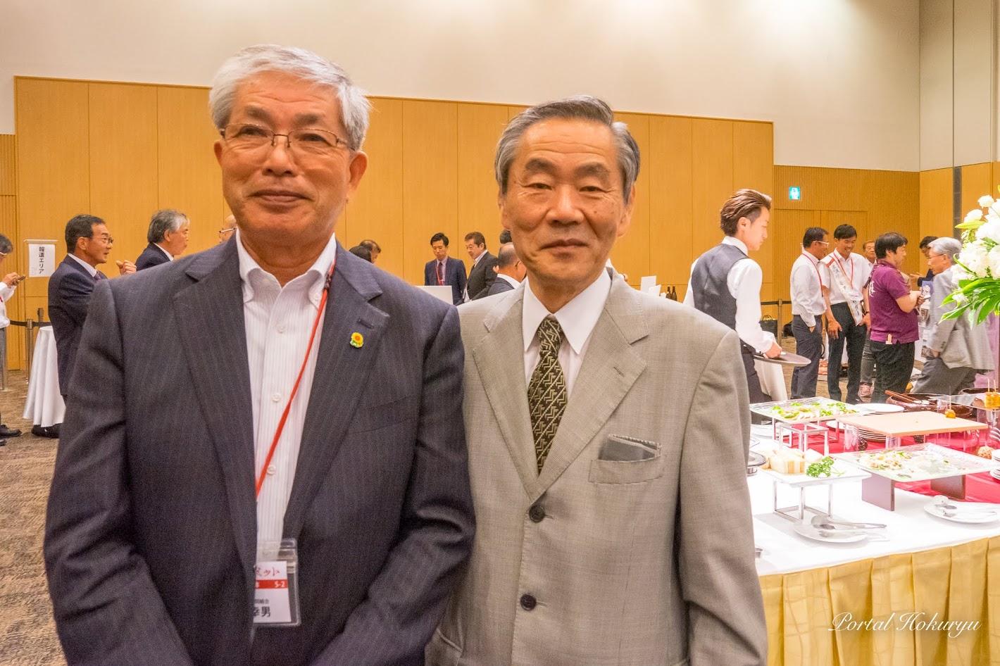 有識者懇談会・林良博 座長(右)、黒千石事業協同組合(北竜町)高田幸男 理事長