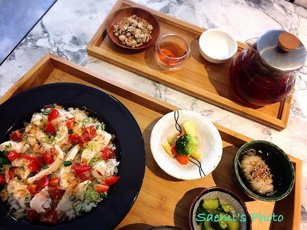 六木 朝食。和食 | 新菜色「鮮彩嫩煮雞肉丼」登場! 日式風早午餐擺盤精緻,店內空間綠意滿載。