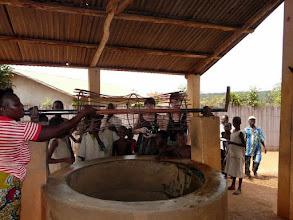 Photo: nous assurons les réparations du treuil ;  les dames sont satisfaites de n'avoir plus à chercher de l'eau à 4 km du village