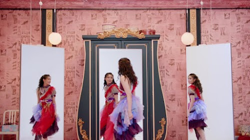 Reina refletida nos espelhos.