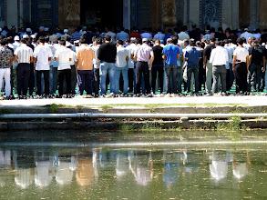 Photo: Die Schar der Betenden ist angewachsen.
